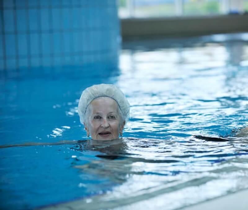 Abnehmen mit Schwimmen im Alter: Kalorienverbrauch im Blick