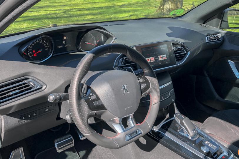 Salpicadero vista lateral izquierda Peugeot 308 GT 1260x840 - Peugeot 308 GT: El deportivo francés