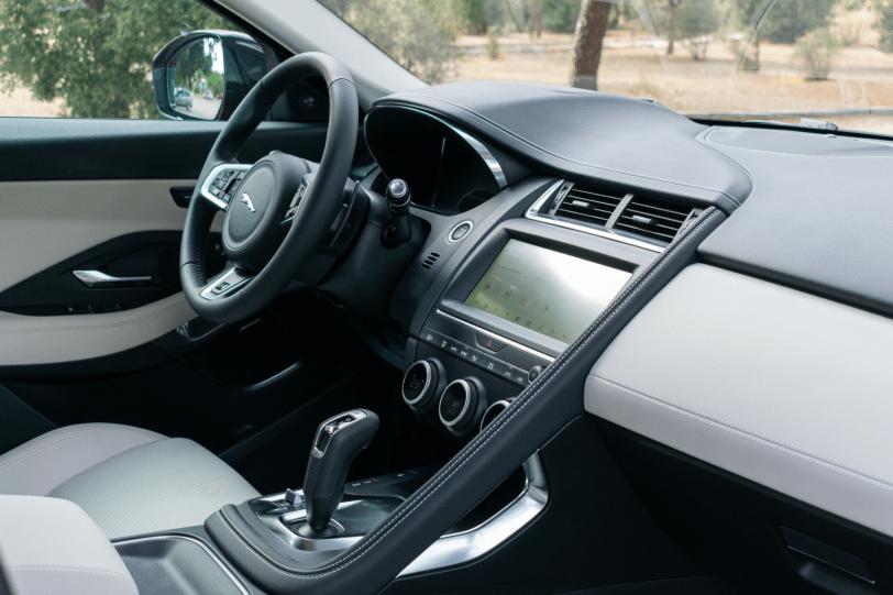Puesto de conduccion Jaguar E Pace 1260x840 - Jaguar E-Pace: El SUV de entrada a la gama