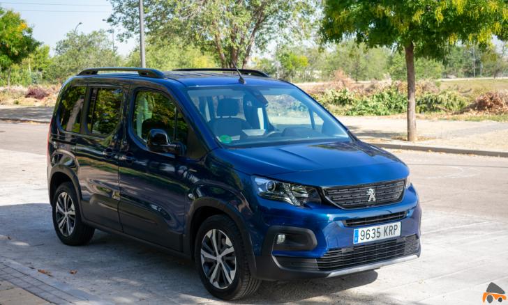 Frontal lateral derecho Peugeot Rifter - Peugeot Rifter Standard GT Line: Un vehículo adaptado para el transporte de personas