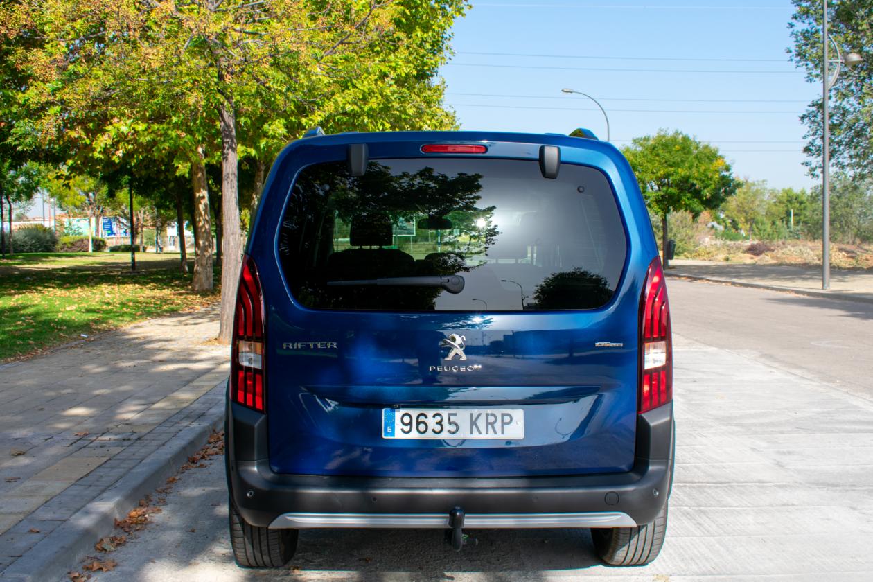 Trasera Peugeot Rifter 1260x840 - Peugeot Rifter Standard GT Line: Un vehículo adaptado para el transporte de personas