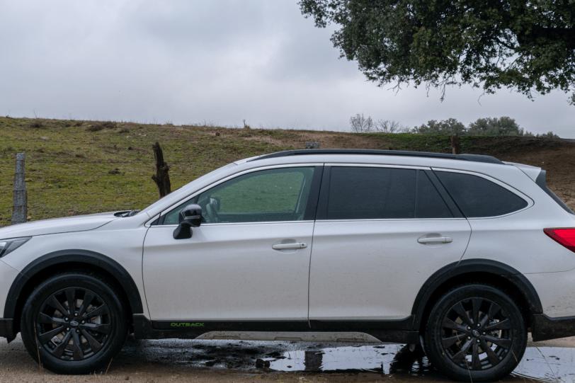 Lateral izquierdo paisaje campo Subaru Outback Black Edition GLP 1260x840 - Subaru Outback Black Edition GLP: Un familiar diseñado para el confort y las excursiones