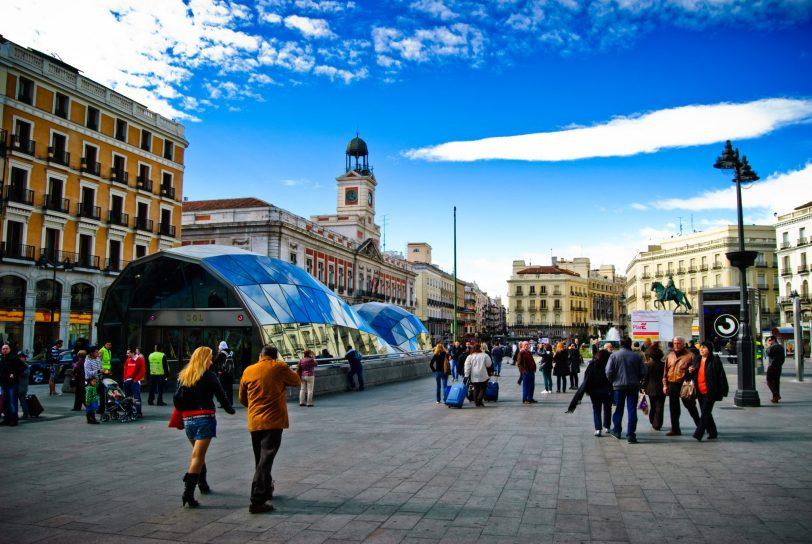 Tragabolas en la Puerta del Sol scaled - Estas son las cuatro fases de la desescalada en España aprobadas por el Gobierno