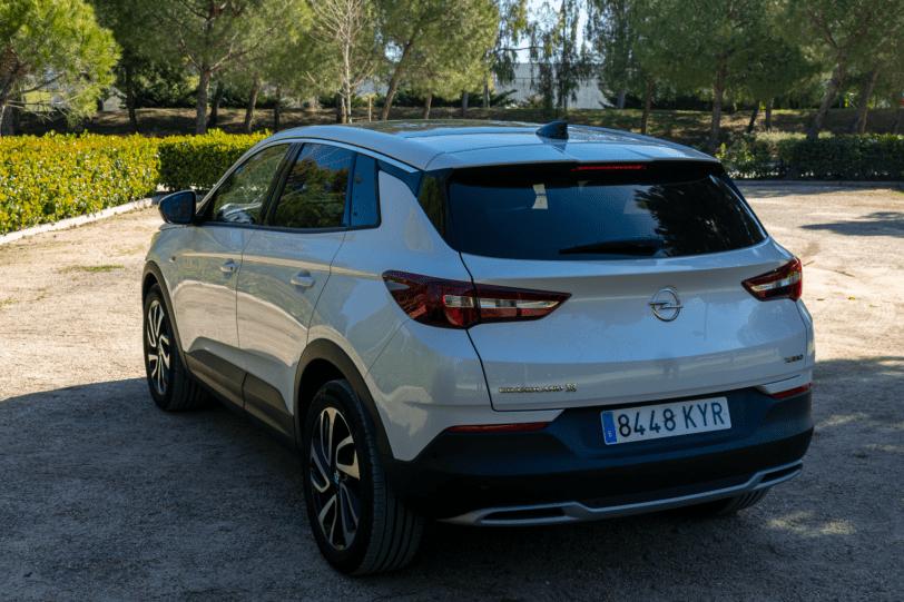 Trasera lateral izquierdo Opel Grandland X gasolina 180CV 1260x840 - Opel Grandland X 1.6 Turbo 180 CV: La versión de gasolina más potente del SUV alemán