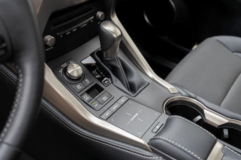 Consola central Lexus NX 300h 1260x840 - Lexus NX 300h 4X4 F-Sport: El SUV híbrido de lujo muy llamativo