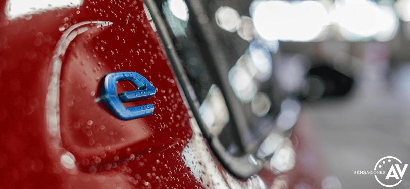 Logo e puertas 2 Peugeot e 208 - Prueba del Peugeot e-208 GT 2020: Un eléctrico con mucho carácter