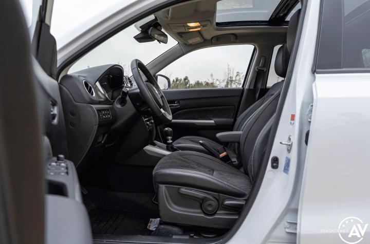 Plazas delanteras vista izquierda Suzuki Vitara - Prueba Suzuki Vitara GLX 4x4 Mild Hybrid: Un 4x4 honesto muy capaz