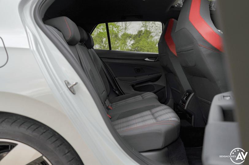 Plazas traseras vista derecha Volkswagen Golf GTI - Prueba Volkswagen Golf 8 GTI 245 CV DSG: Una bomba divertida, polivalente y racional