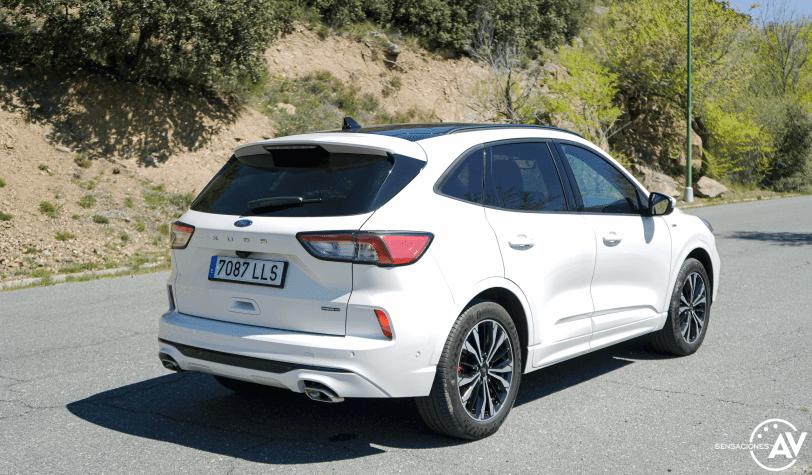 Trasera lateral derecho cerca Ford Kuga HEV - Prueba Ford Kuga híbrido 2021: ¿Uno de los mejores SUV híbridos?