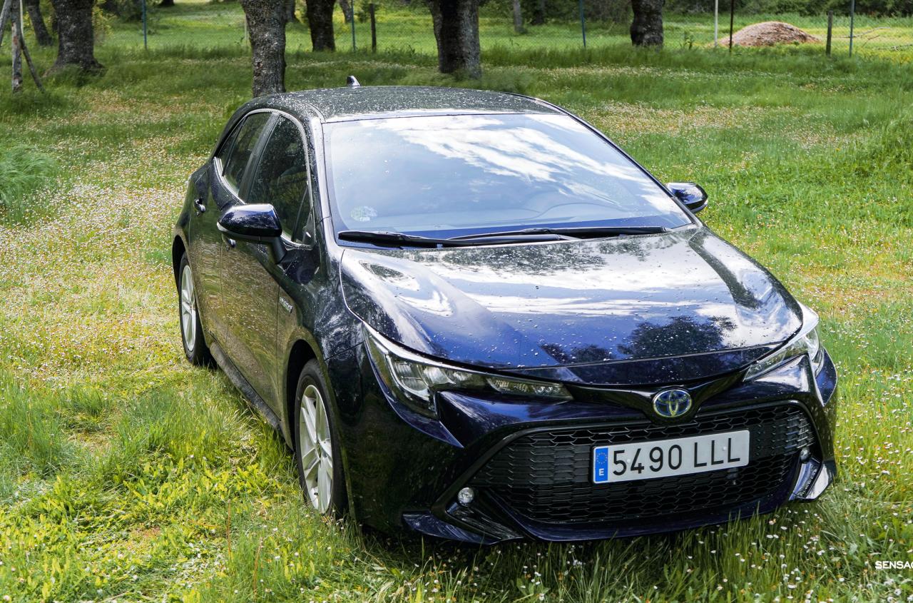 Frontal derecho elevado Toyota Corolla - Prueba Toyota Corolla Active Tech 125H 2021: ¿El candidato perfecto? ¿Un Golf Killer?