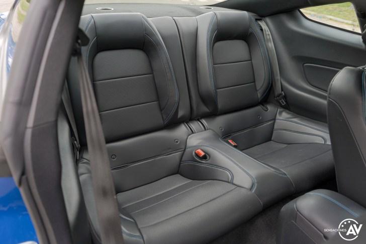 Plazas traseras vista derecha Ford Mustang - Prueba Ford Mustang GT Fastback 2021: Puro músculo. ¡Que Dios bendiga a América!