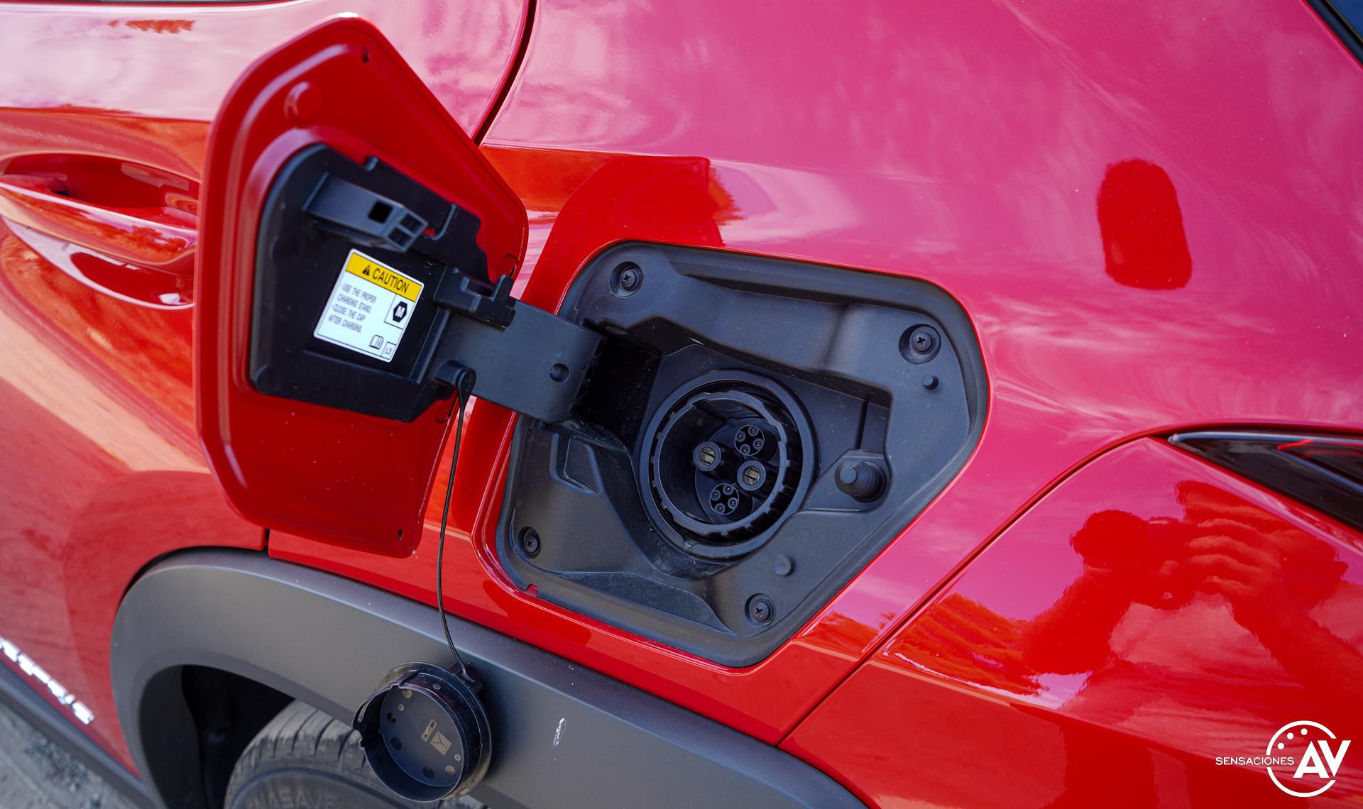 Puerto de carga izquierdo - Prueba Lexus UX 300e Business: Lujo, confort, garantía y electricidad todo en uno