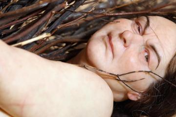 """Ron Mueck -""""Woman with Sticks"""" - Iperrealismo"""
