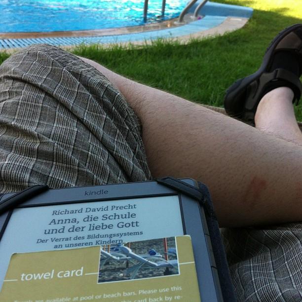 Heutige #Urlaubserkenntnisse: 1. Always know where your towel card is 2. Precht kennt Humboldt und 3. man kann keinen ganzen Tag am Strand verbringen. Aber einen halben, und dann nochmal schnell innen Pool vorm Zimmer ;-) - via Instagram