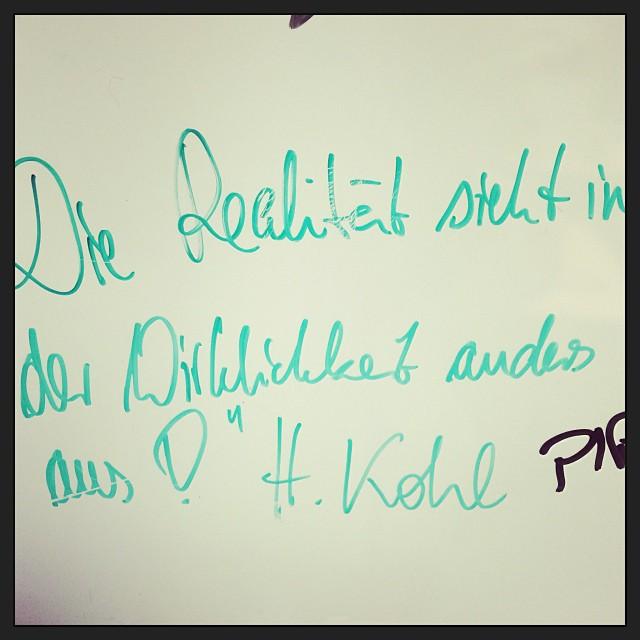 Weise Worte im Büro der Kollegen... Und jetzt nach Hause für Feiertag! - via Instagram