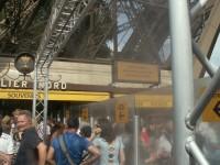 Frisch geduscht am Eingang zum Eiffelturm