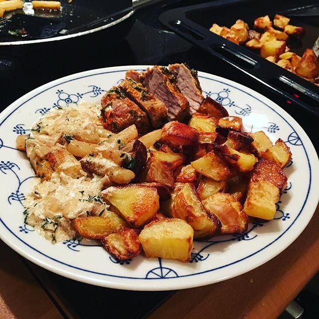So, Abendessen ist fertig: Schweinefilet in Kräuterkruste mit Ofenkartoffeln und Schwarzwurzelgemüse <a rel=