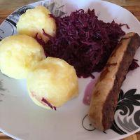 Lunchtime! Bratwurst, Rotkohl und Kartoffelklöße #foodporn - via Instagram