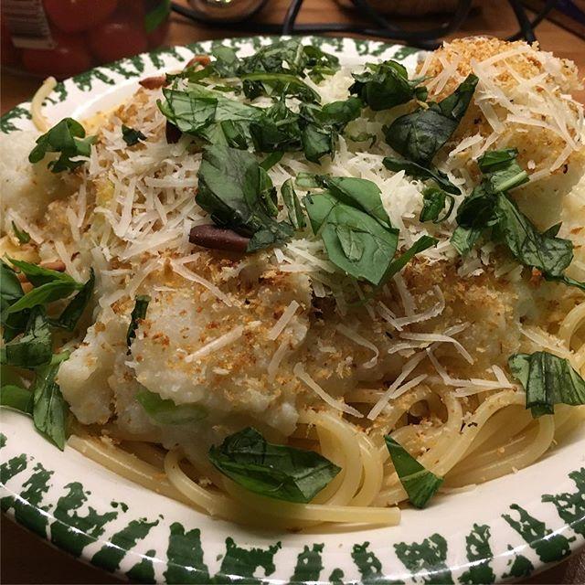 Spaghetti mit zitroniger Blumenkohlsoße, Pinienkernstreuseln und mies geschnittenem Basilikum <a rel=