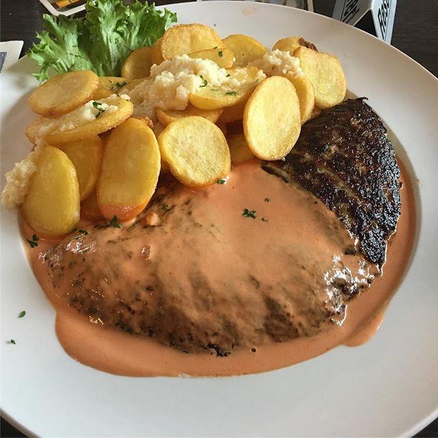 Lecker Bifteki mit Röstkartoffeln und Knofi <a rel=