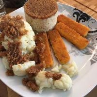 Wilder disziplinierter Reis, Blumenkohl und Fischstäbchen mit Bröseltopping #foodporn - via Instagram