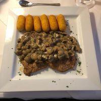 Heute zum Abendessen: Schweinesteaks mit Pilzsoße und Kroketten #foodporn - via Instagram
