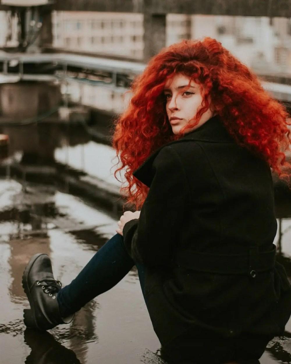 rött hår lockigt långt