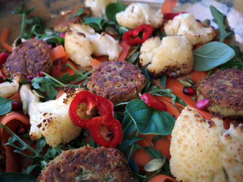 vegansk blomkål kikärtsbiffar sallad