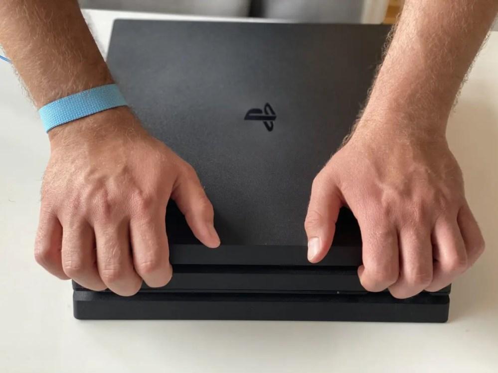 lyfta av lock PS4 Pro städa fläkt från damm