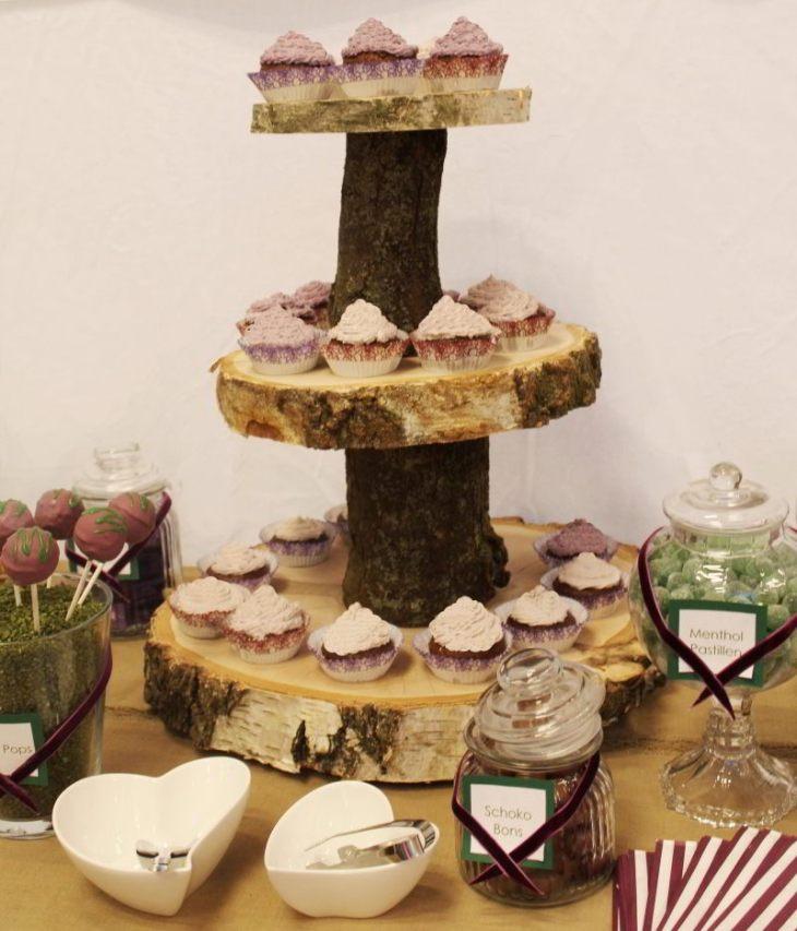 Diese Etagere aus Baumscheiben kann auch für eine Cup Cake Torte (mit Hochzeitstorte auf der obersten Etage) eingesetzt werder.
