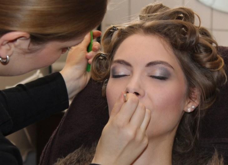 Smokey Eyes und einen zarten Teint für unser Brautmodel Mirja