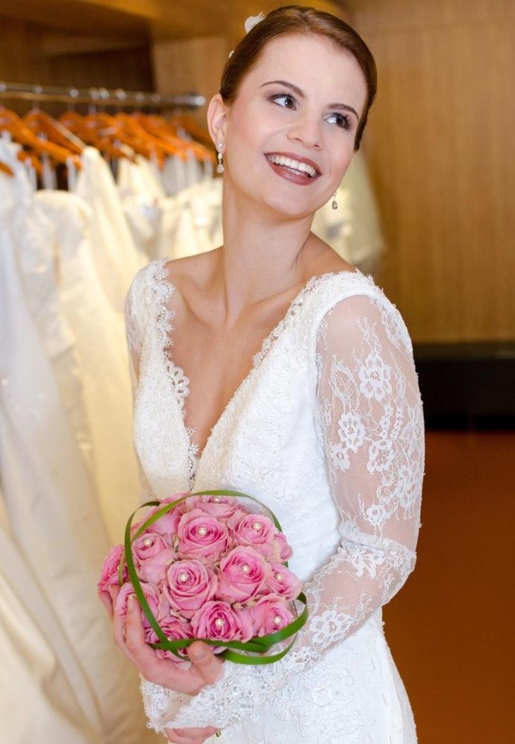"""Brautmodel Beatrice Rößler strahlt übers ganze Gesicht. Das Kleid gefällt ihr sichtlich. Kleid: """"Ruan"""" von Modeca"""