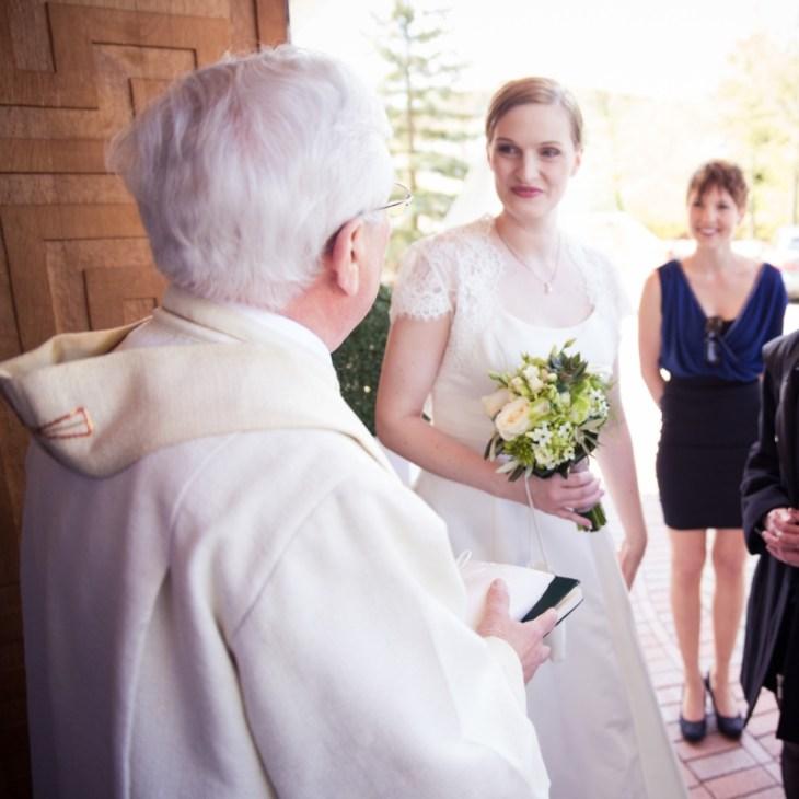 Der Pfarrer begrüßte die Braut - aber wo ist eigentlich der Bräutigam?