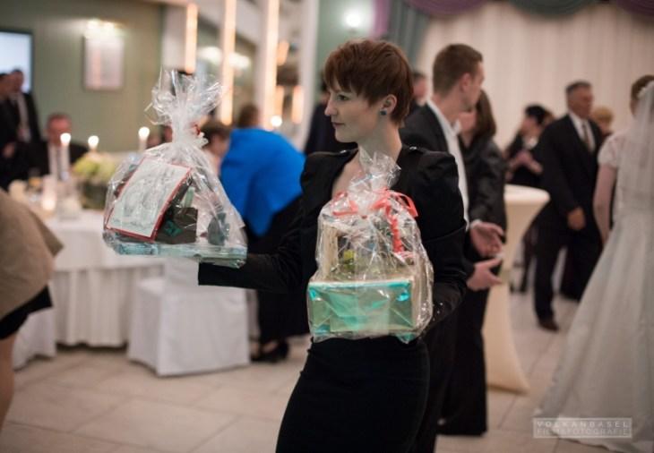 Schnell dem Paar die Geschenke abnehmen, damit es für die nächsten freie Hände hat.