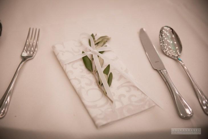 Festliche Servietten für das Buffet am Abend - dekoriert mit einem Olivenzweig.