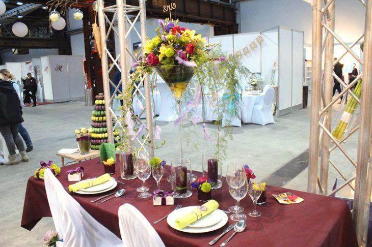 """70 cm hohe Martinivasen versperren nicht die Sicht und lassen die Blumendekoration über den Köpfen der Gäste """"schweben""""."""