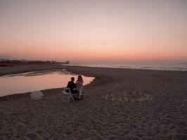 Glückliches verlobtes Paar sitzt am Strand in Hersonissos Kreta Analipsi Kato Gouves Hochzeitsplanung Planung Dekoration Service