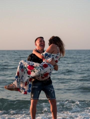 Fröhliches Paar am Strand auf Kreta Kato Gouves Analipsi Hersonissos Crete Couple Wedding Proposal Heiratsantrag Hochzeit Beach