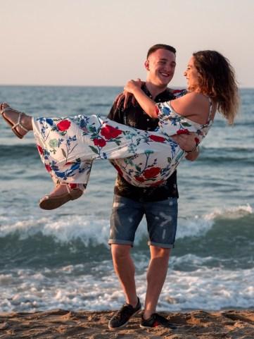 Fröhliches Paar tanzend am Strand auf Kreta Kato Gouves Analipsi Hersonissos Crete Couple Wedding Proposal Heiratsantrag Hochzeit Beach