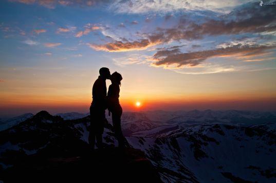 siluetta-di-una-coppia,-tramonto-sulle-montagne,-bacio-217316