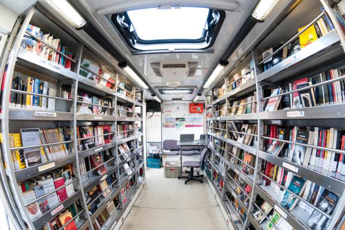 L'interno del Bibliobus