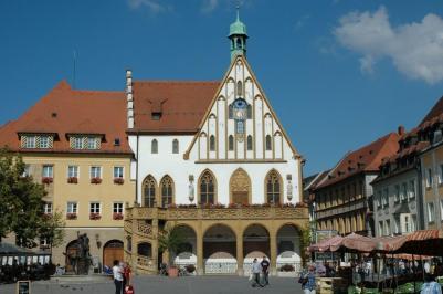 1200px-Amberg_Marktplatz-Rathaus