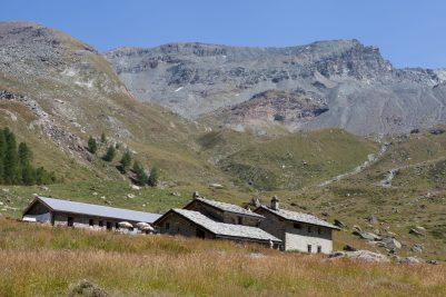 Rifugio delle marmotte e sullo sfondo versante Col de l'Entrelor