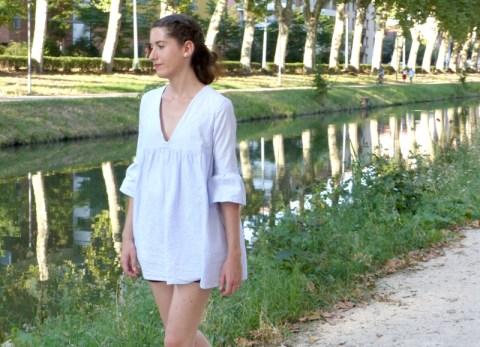 Un look estival avec cette combi-short bleu ciel de seconde-main, chinée sur Vinted pour un look plus écologique et éthique
