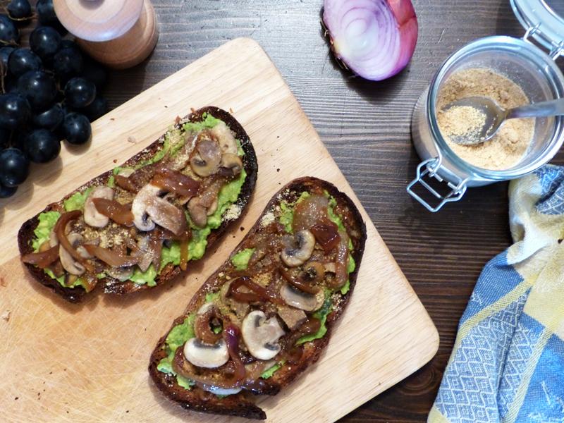 Tartines véganes salées champignons - avocat - oignon - parmesan végétal