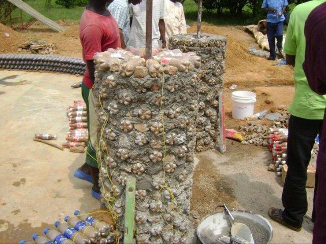3 10 - Nigeriano constrói casa com 14.800 garrafas plásticas reutilizadas. É mais sólido que tijolo