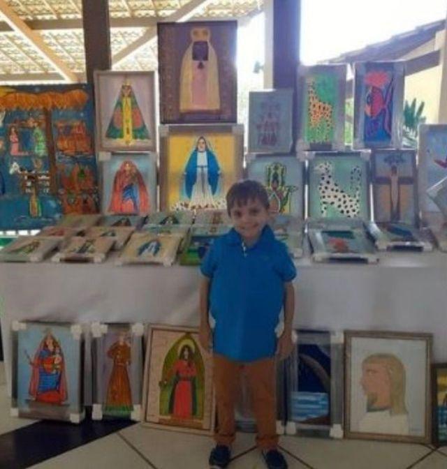 4 3 - Menino de 13 anos desenha pinturas de santos para pagar um tratamento caro. Seu talento te dá força