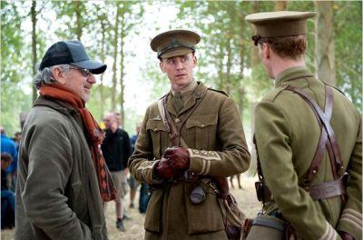 tom hiddleston con steven spielberg sul set di war horse