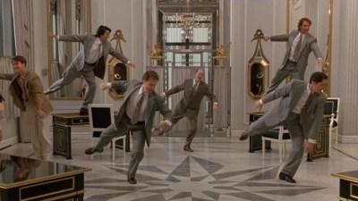 La sequenza danzante  in gioielleria sulle note di Diamonds Are a Girl's Best Friend