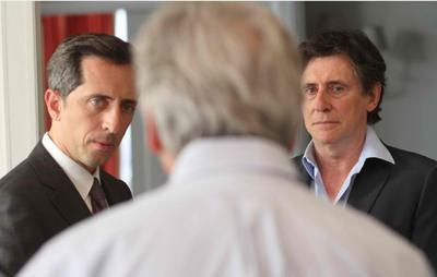 Gad Elmaleh e Gabriel Byrne con il regista Costa-Gavras sul set di LE CAPITAL